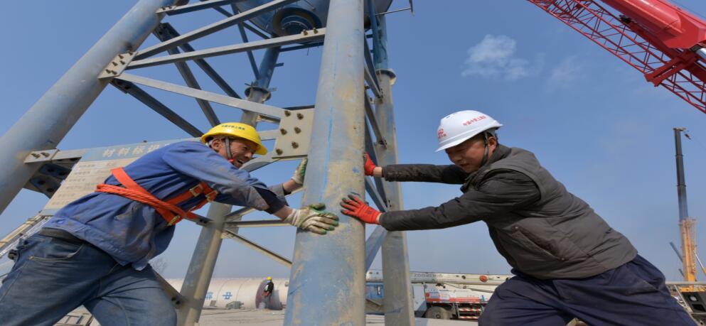 中铁上海局郑济铁路(山东段)工程项目部 2#混凝土搅拌站第一罐竖立起来