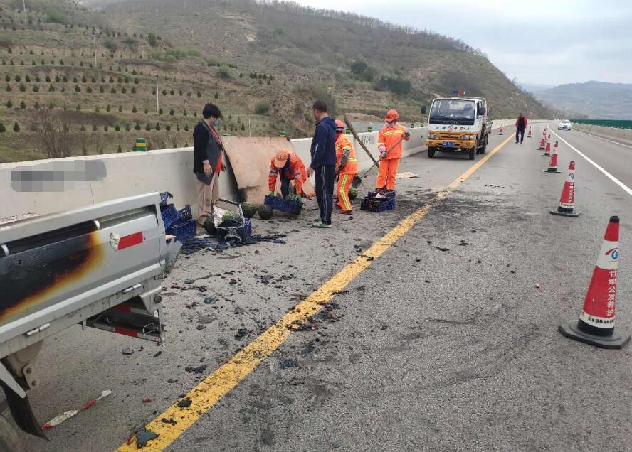 水果车高速上自燃  养护人员紧急处置挽损失保畅通