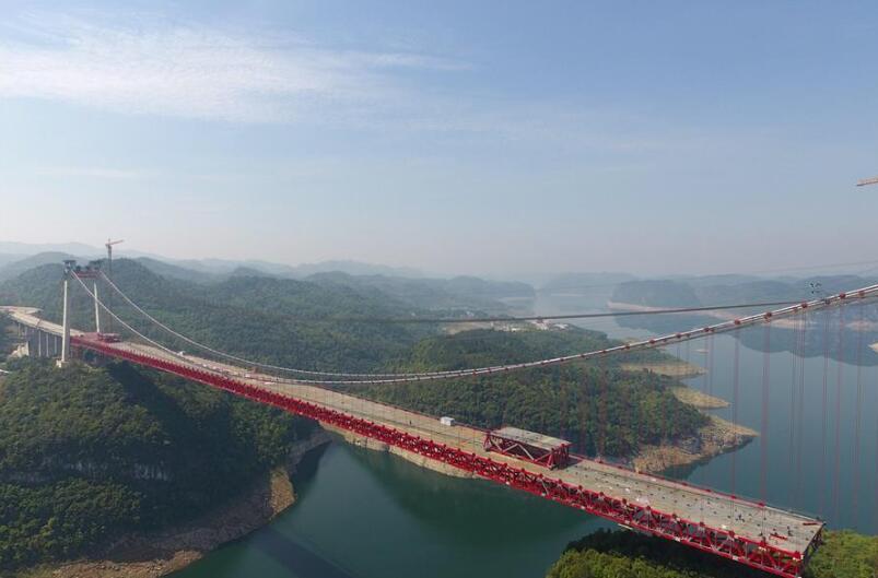 贵州遵余高速飞龙湖乌江大桥加紧建设