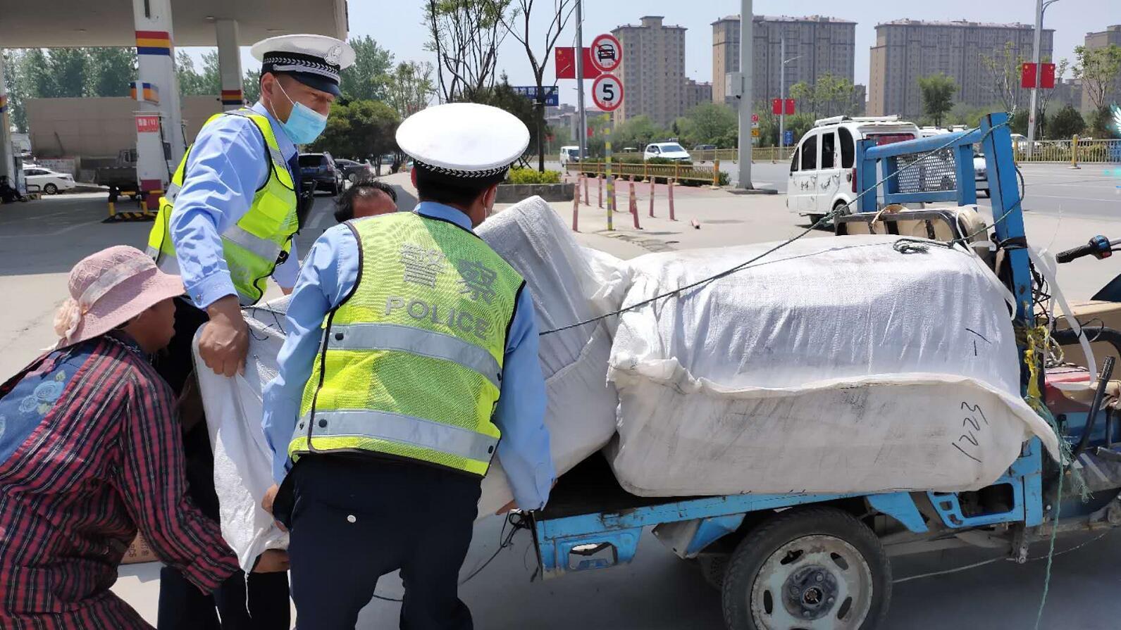 山东:满载货物电动三轮车途中翻车东明交警及时帮助