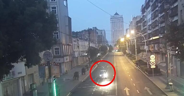 早高峰,曲靖街头一酒驾男在马路中间酣睡不醒!!!