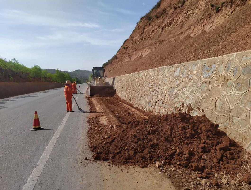 人民交通 甘肃张家川公路段及时消除水毁痕迹保安全