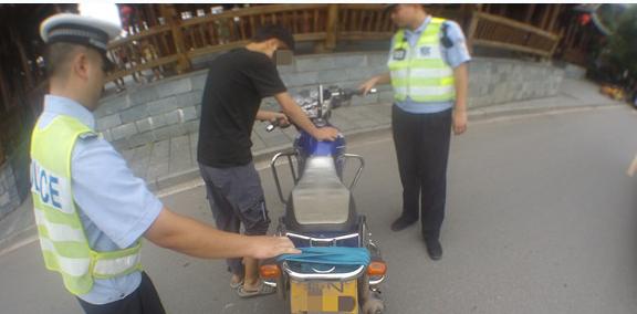 【整治进行时】男子未戴头盔无证驾驶年检保险过期的摩托车被芷江交警查获