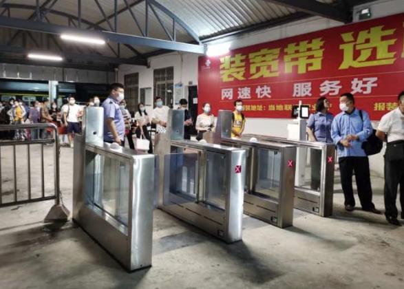 湖北钟祥暴雨逼停列车 火车站紧急转运640名滞留旅客