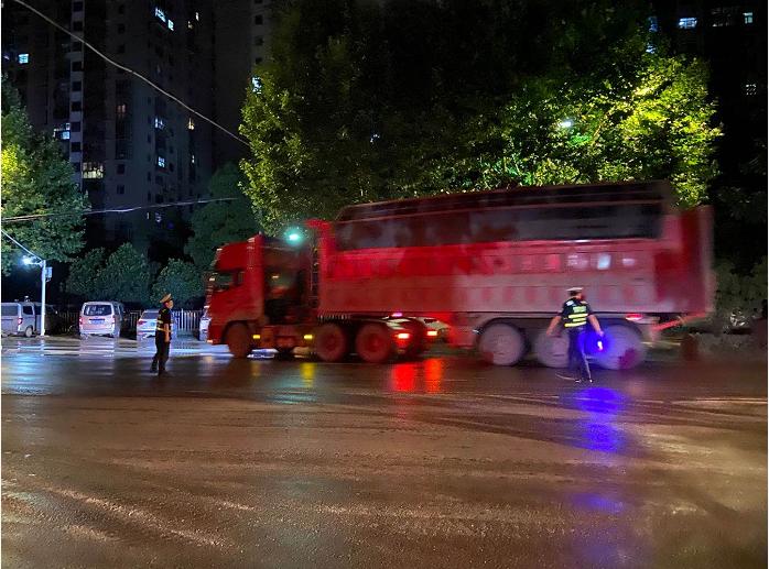 湖北黄石西塞山交巡警大队开展夏季大货车交通违法行为夜查统一行动
