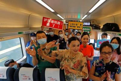 沪苏通铁路开通 首批旅客乘坐C3836/7次列车从上海前往南通
