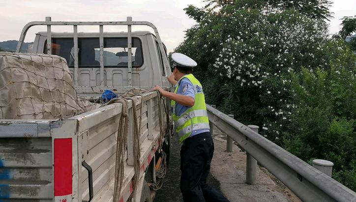 常台高速上民警排除隐患,将几吨货车推至路肩