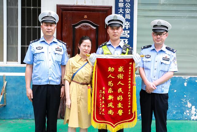贵州凯里:八旬老人不慎摔倒  交警热心救助获锦旗