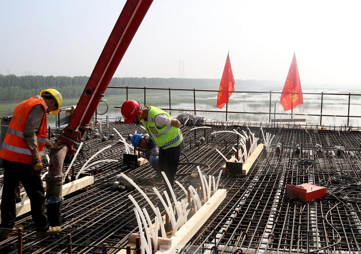 中铁一局京德高速ZT7标文安洼1号特大桥跨赵王新河连续梁首个0号块顺利浇筑完成