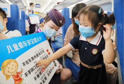 《暑运 列车上的安全宣传》