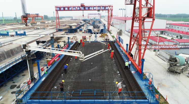 中铁上海局郑济铁路(山东段)工程项目部首榀箱梁成功浇筑