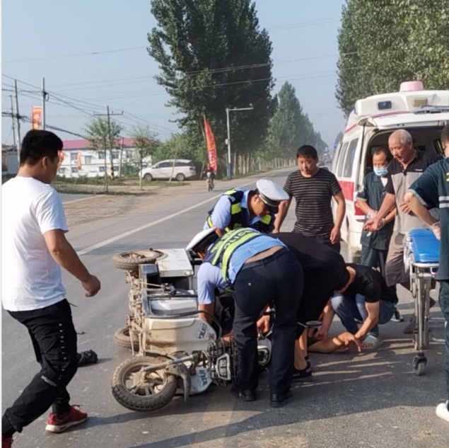 河北:骑车人未戴安全头盔,被交警抬车上拉走