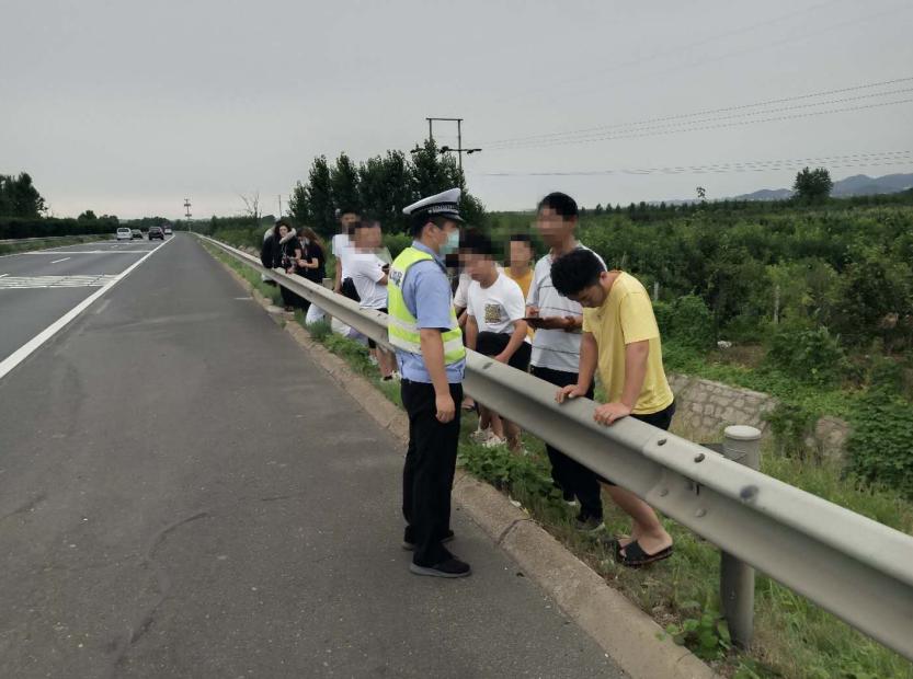 来青岛拍婚纱照遇上车辆故障,青岛同三高速交警及时救助除隐患