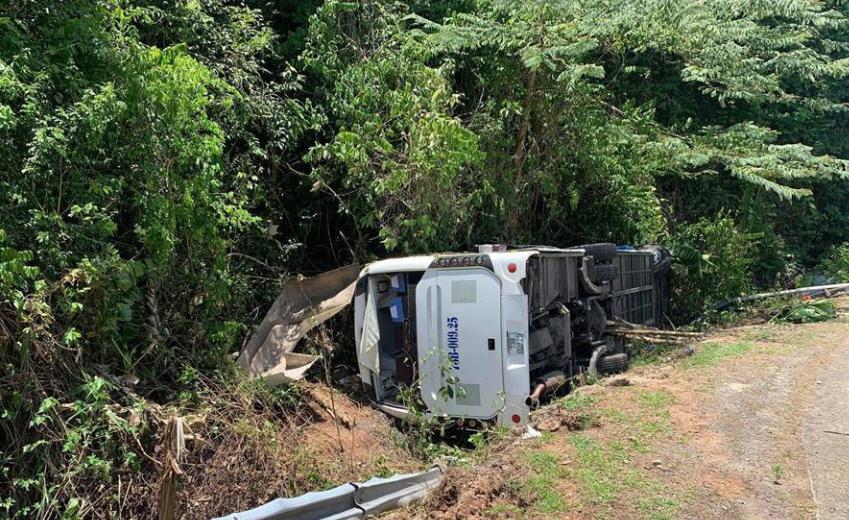 越南中部一旅游大巴翻车致13死