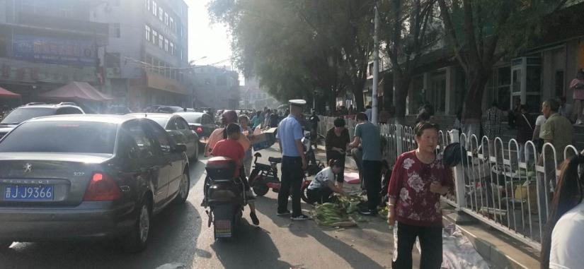 山西兴县交警大队联合多部门开展主街道占道经营及车辆乱停乱放整治行动
