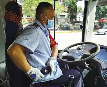 他靠着这个秘诀成为最懂礼让的公交司机
