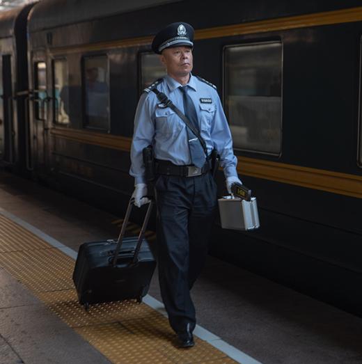 中外旅客的守护者:看国际列车上的中国乘警