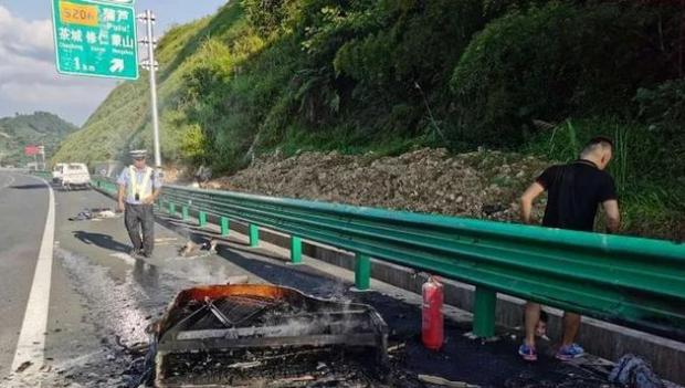 教训!司机高速路上乱丢烟头,结果烧了自己车上的货,价值不小