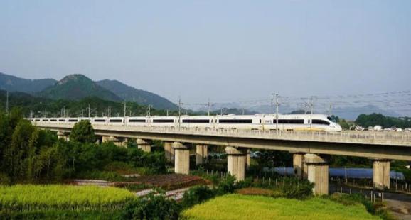 发挥节能环保的绿色铁路优势