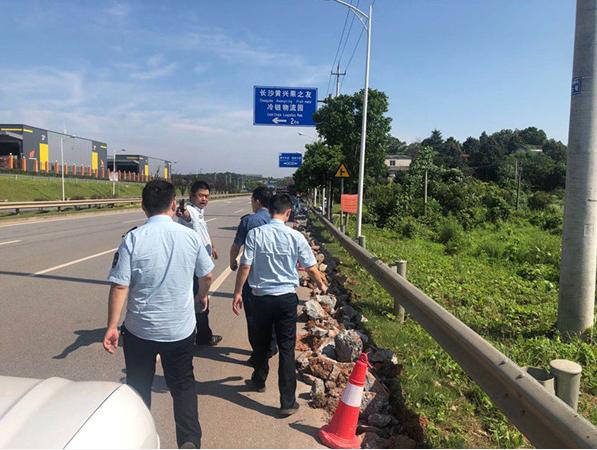 高速公路违法施工  绕城东路政及时叫停