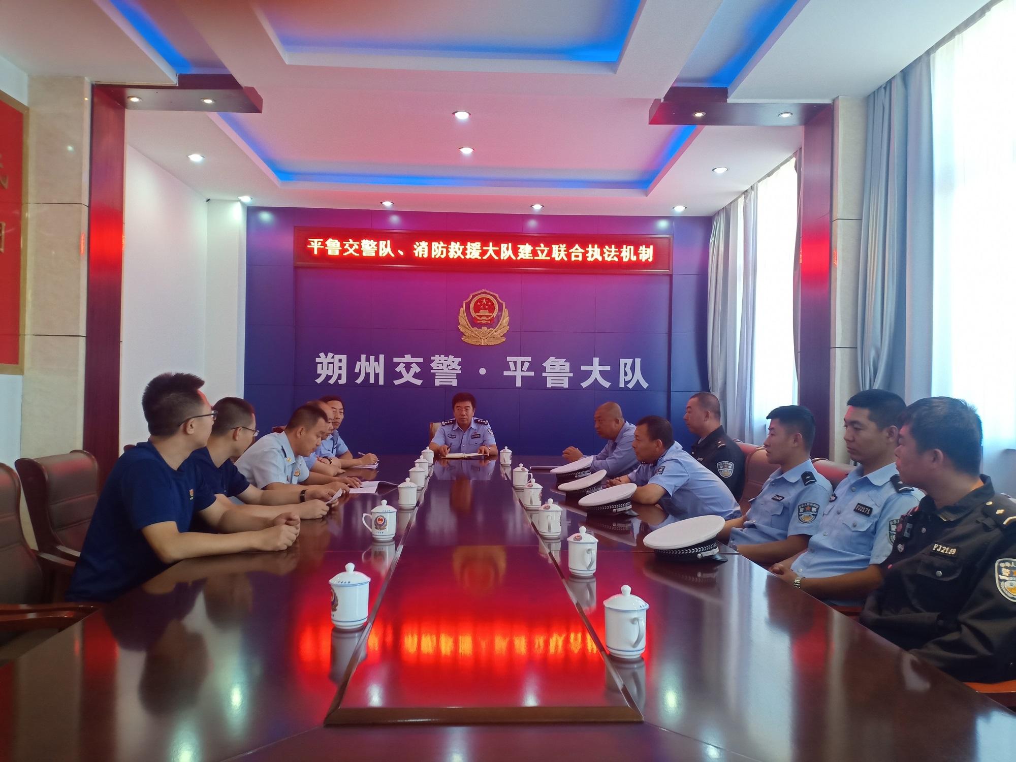 平鲁交警联合消防集中整治占用消防通道违法行为