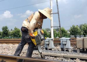 """致敬,烈日下""""煎守""""岗位的铁路保养工人"""