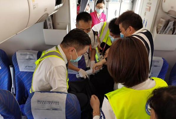 16分钟紧急接力救援 南航助突发心脏病旅客脱险