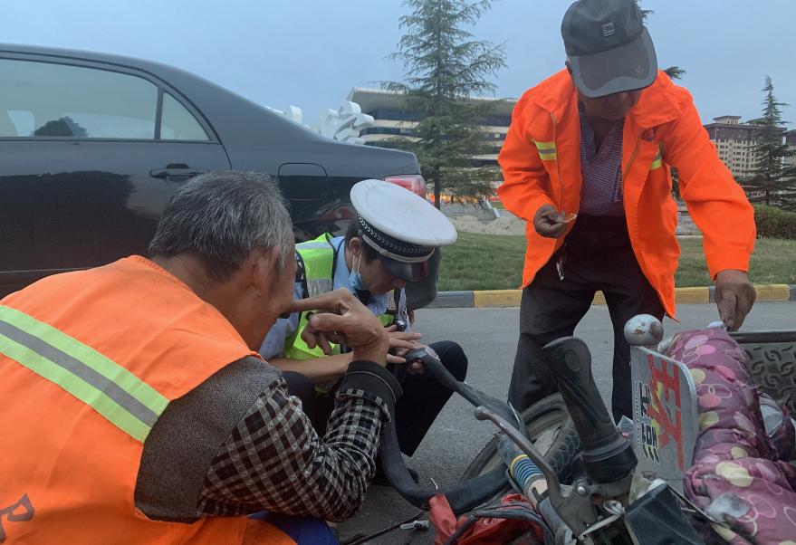 山西临猗:帮环卫工修补轮胎的辅警蹿红网络