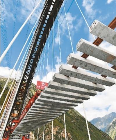 拉萨至林芝铁路藏木特大桥铺轨