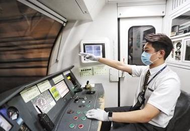"""地铁司机贾嗣鹏:""""驾驶室门外是生活,门内是责任"""""""