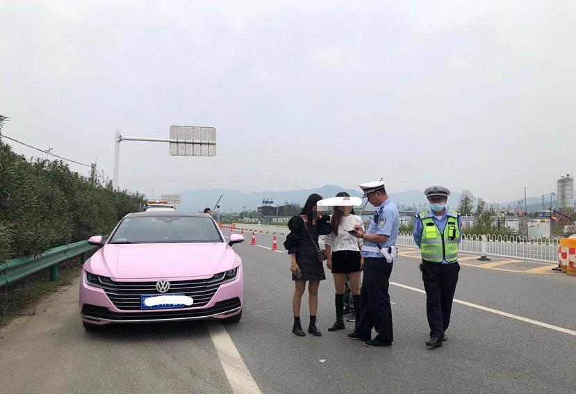 粉色车惹人眼 拦停后竟是私改车