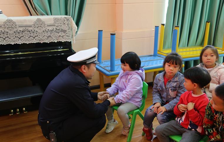 贵州江口交警走进江口实验幼儿园开展宣传交通安全宣传