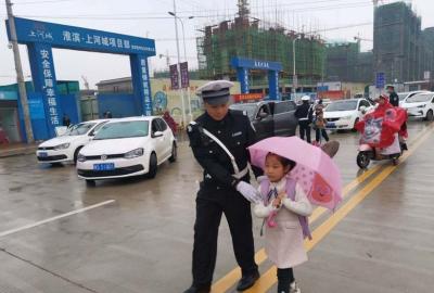 河南淮滨交警雨中守护保中小学生安全