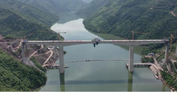 主跨216米!我国铁路最大跨度连续刚构梁大桥合龙