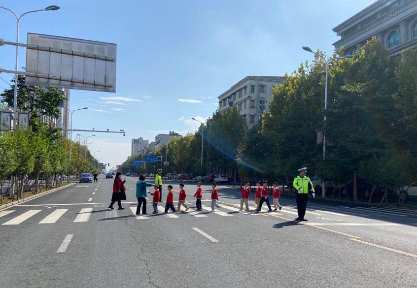 """湖南安乡:开展""""识别红绿灯、安全过马路""""交通主题教育活动"""