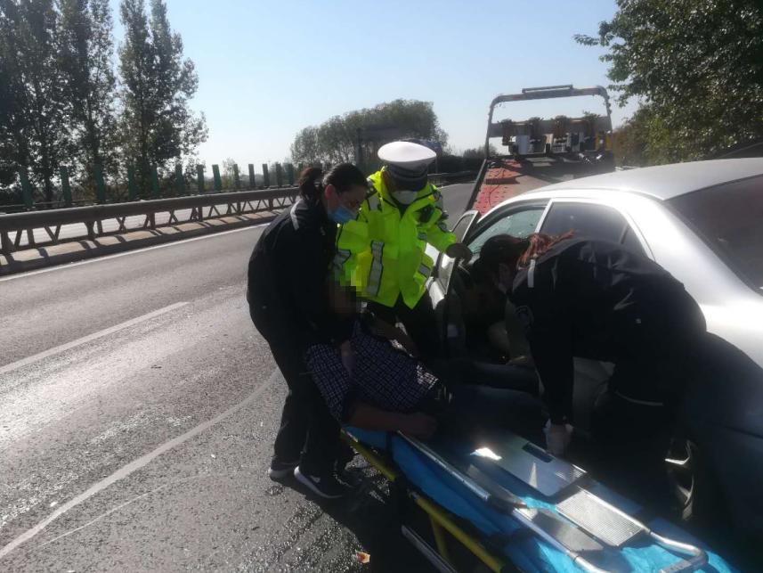 两私家车高速追尾,驾驶员被困车内,警医快速联合施救