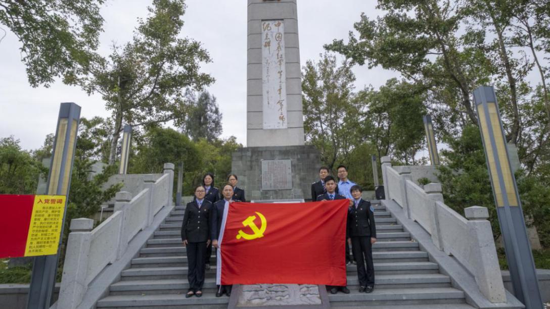 参观革命纪念馆  接受红色教育
