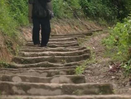 沙瓦村修这条6米宽的路引村民每天围观