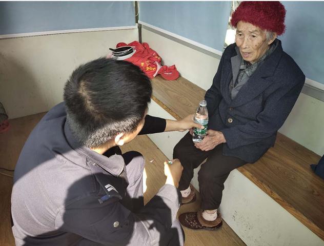 湖南道县警民爱心接力送老人回家
