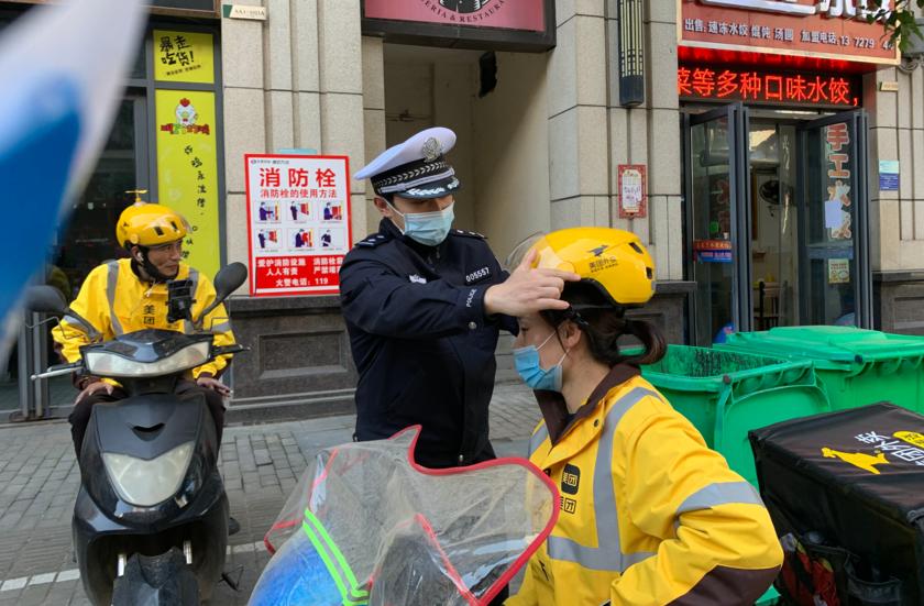 湖北黄石港交警向外卖小哥宣传文明交通
