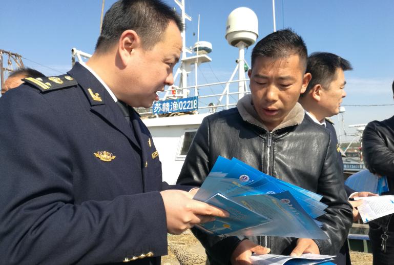 江苏连云港海事部门送安全知识进渔村