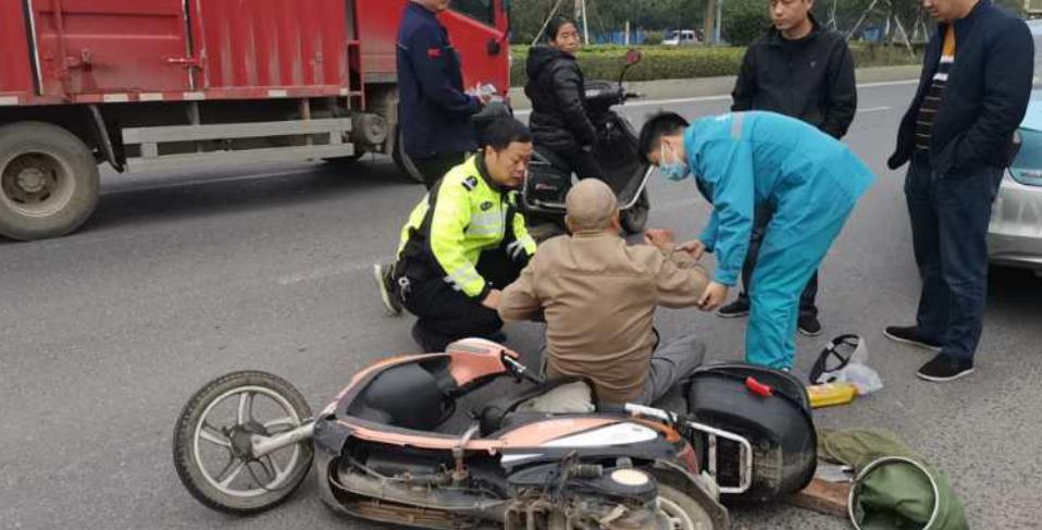 湖南安乡交警暖心救治事故伤员