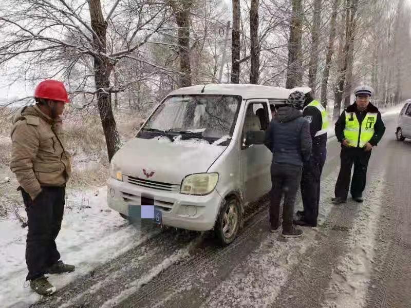 """安全不能""""挤一挤"""" 朔州交警查处一起面包车超员违法行为"""
