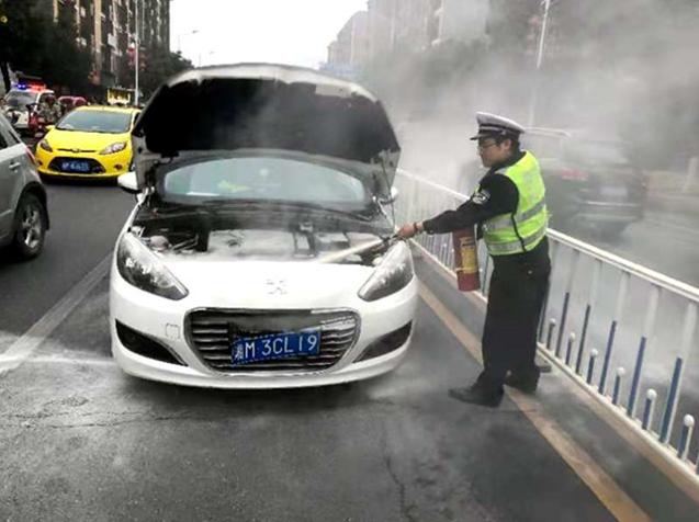 湖南:车辆突发自燃 道县交警火速救援