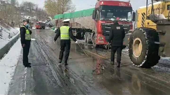 漫漫风雪中 浓浓警民情