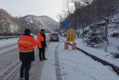 陕西:除雪保畅 吴起公路管理段在行动
