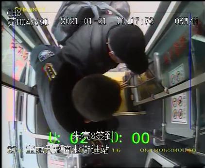 真暖心!公交司机抱残疾乘客上下车