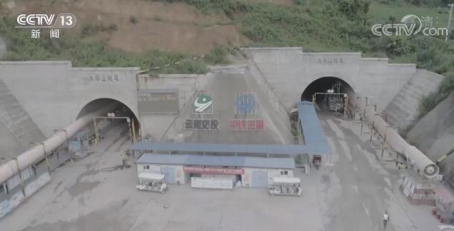 云南镇清高速公路大梁山隧道右线顺利贯通