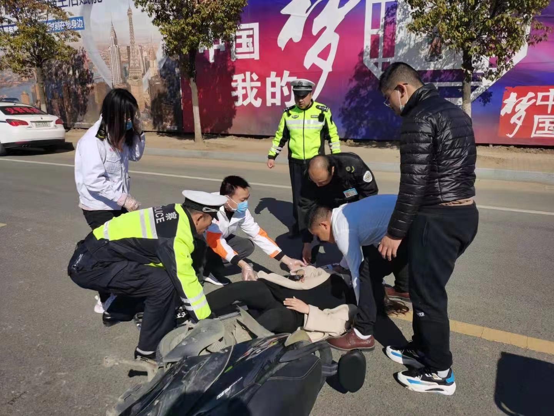 江苏省盱眙县交警紧急救助被撞孕妇