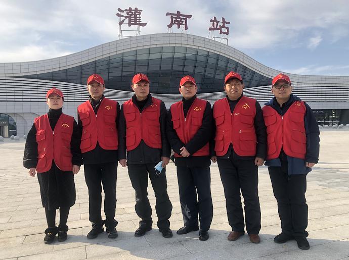 江苏灌南交通红马甲驻守高铁站打造文明城